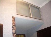 Антресоль встроенная со стеклянными дверцами