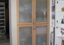 Встроенный в нишу шкаф с распашными дверями