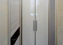 Высокие распашные шкафы