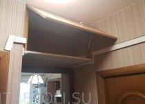 Горизонтальные закрытые шкафы над дверью в кабинетной комнате