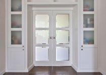 Шкафы вокруг дверного проема с антресолями