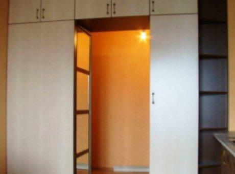 Шкаф с антресолями над дверью