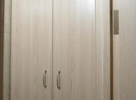 Вместительный шкаф в туалет