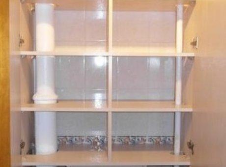 Шкаф в туалет для скрытия труб