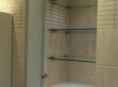 Встроенный стеклянный шкаф в туалет