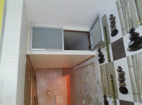 Навесной шкаф над кроватью в спальню