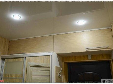 Скрытые антресоли под потолком над дверью в прихожей на кухню